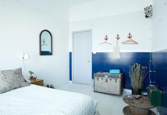 schlafzimmer streichen ideen mit wandfarbe blau und grau_schlafzimmer einrichten mit altem koffer, kabelrolle-tisch, rote anker-wandhacken
