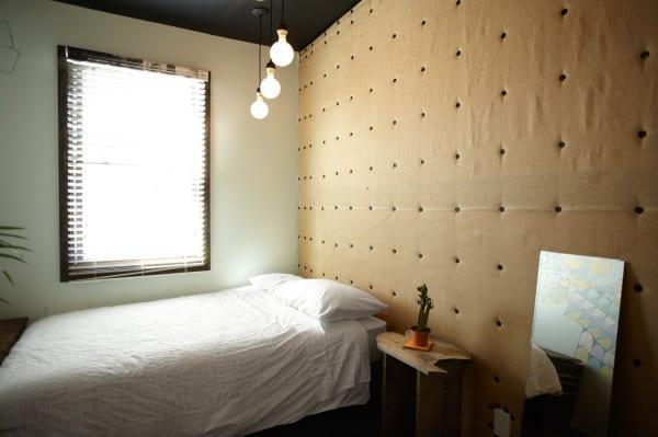 dunkle schlafzimmer farben für rustikales schlafzimmer design mit wandpolsterung