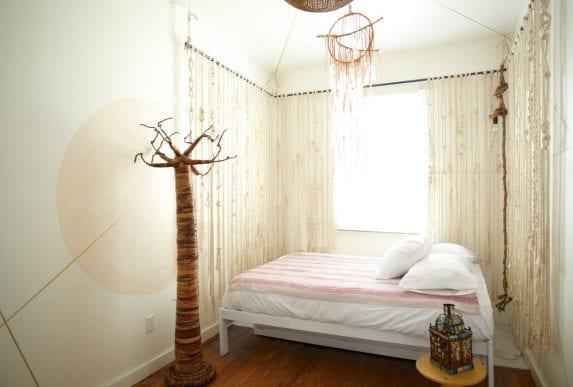 tolles schlafzimmer design mit hellen schlafzimmer farben_kreative wangestaltung und dekoration im schlafzimmer mit hängenden seilen, traumfänger und dekorativem baum
