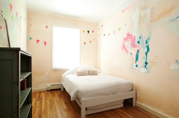 idee für coole medchen kinderzimmer mit wandfarbe hellrosa, weißem bett,vintage-kommode und pferd-wandgemälde