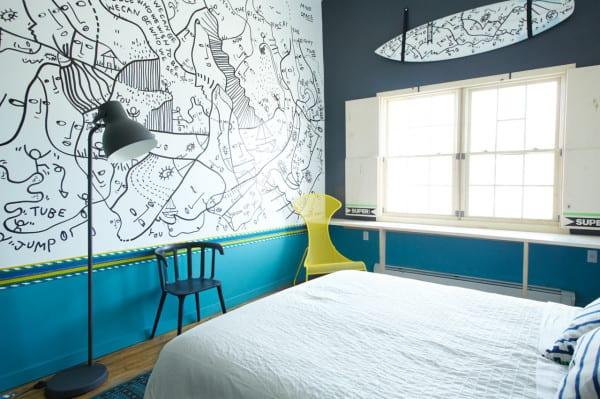 schlafzimmer design mit wandfarbe dunkelgrau und blau_schlafzimmer einrichten mit holzfußbodenbelag, scharzer stehlampe und designer sessel in gelb