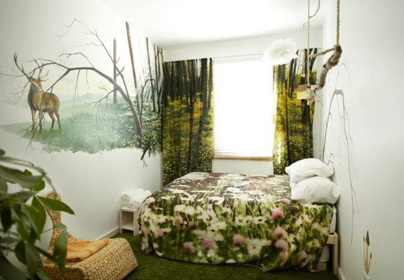 kleines schlafzimmer kreativ gestalten mit rattan-schaukelstuhl, teppich grün, vorhänge mit wald muster und 3D betwäsche mit blumen