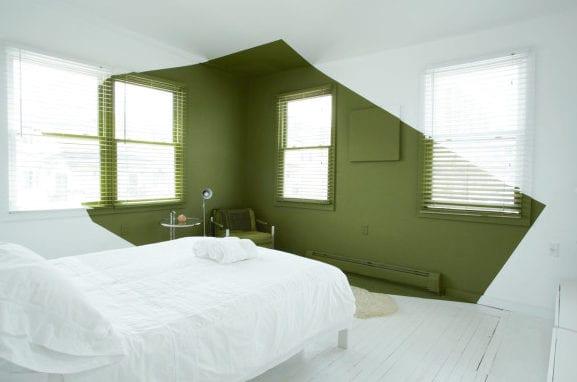 coole wand streichen idee mit wandfarbe grün für kleine schlafzimmer weiß mit holzfußboden weiß und ledersessel grün