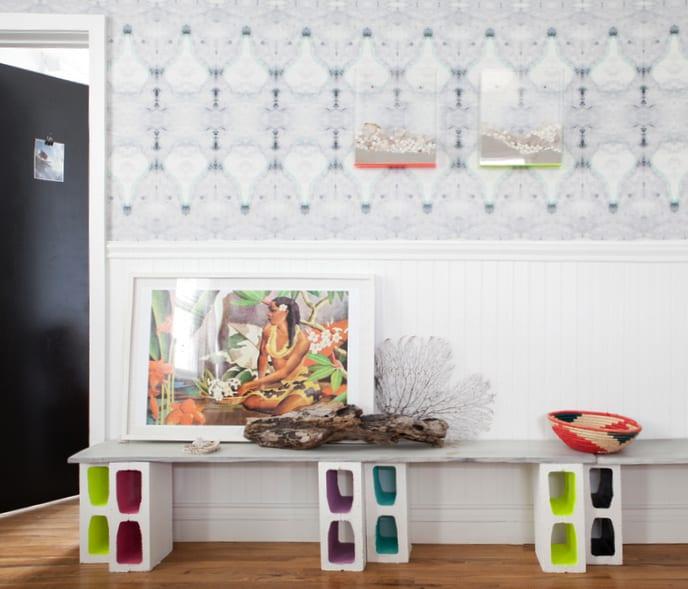 farbgestaltung ideen mit diy regal aus holz und betonblöcken weiß und moderne wandgestaltung mit holzverkleidung weiß und wandtapete mit dunkelblauem muster