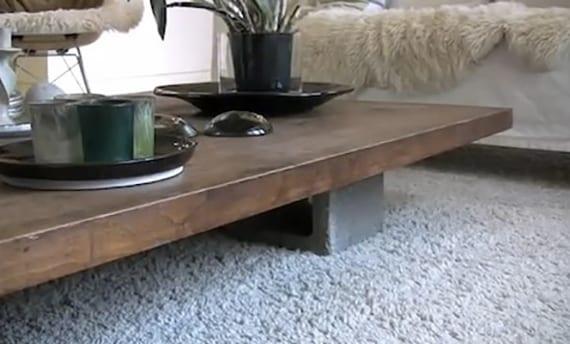 moderner couchtisch selber bauen aus holz und betonblöcken_coole idee für diy möbel