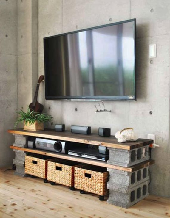 minimalistische wohnzimmer mit betonwand und diy tv-Möbel aus holzplatten und betonblöcken