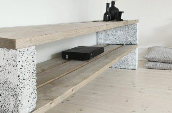 coole idee für moderne diy möbel aus holz und weiß geschtichenen betonblöcken