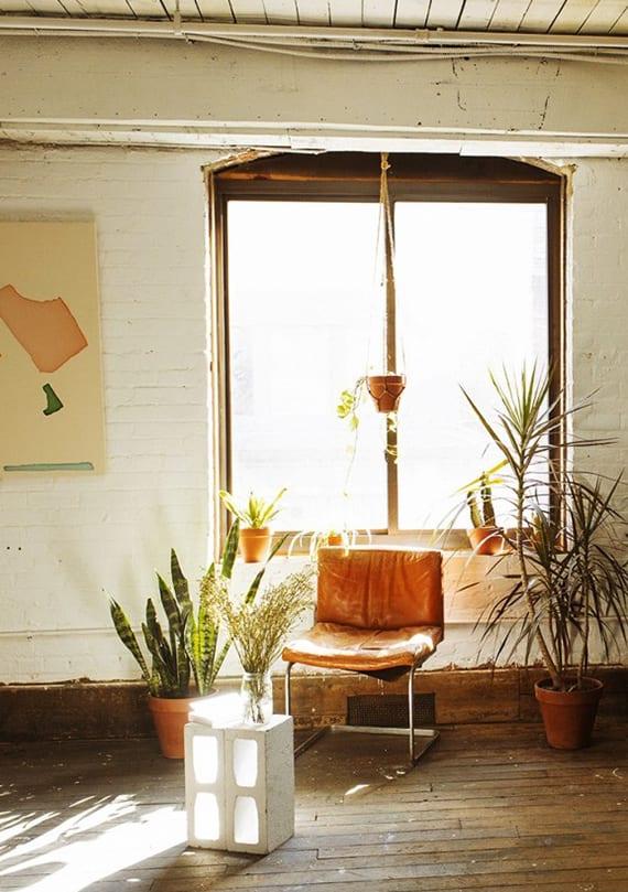 rustikale wohnzimmer einrichtung mit holzfußboden, weiße ziegelwänden und betonblöcke-Beistelltisch in weiß