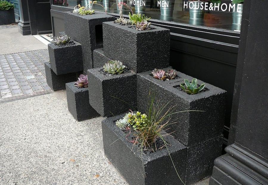 blumenkübel schwarz selber basteln aus betonblöcken