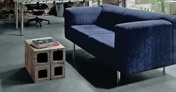 coole diy ideen für beistelltische und Couchtische aus betonblöcken_minimalischtische wohnzimmer design mit sofa in dunkelblau und diy tisch aug betonbodenbelag