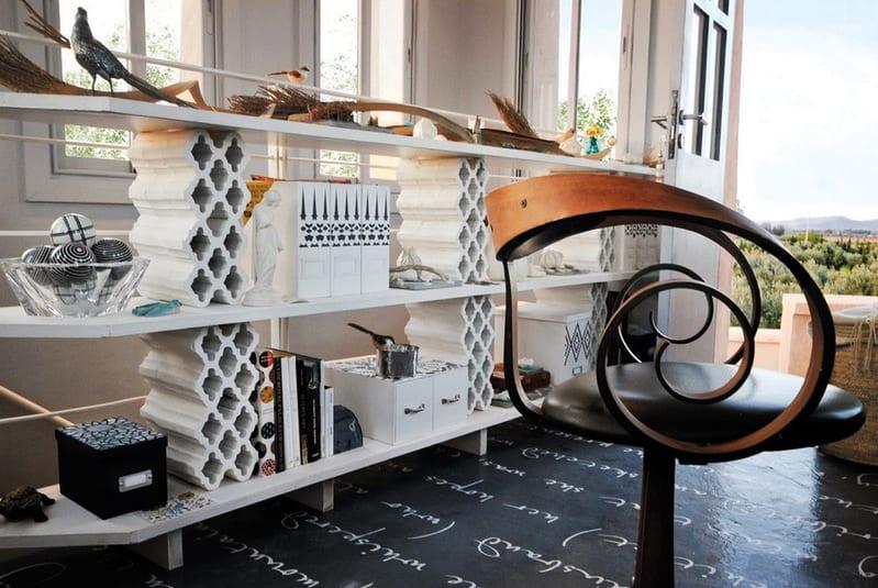 moderne regale selber bauen_modernes wohnzimmer mit schwarzem füßboden und diy regal weiß