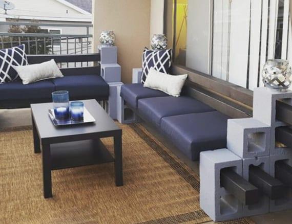 terrasse gestalten mit diy sitzbank mit blauen polstern, teppich und couchtisch holz