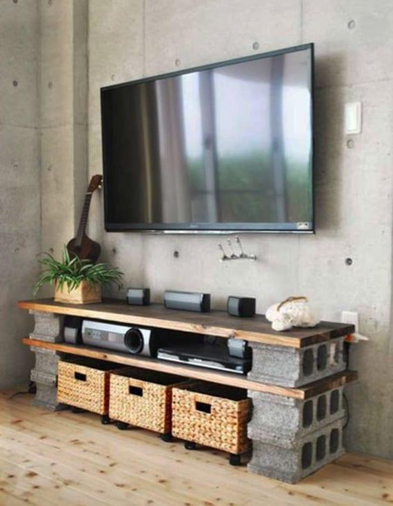 Minimalistische Wohnzimmer Mit Betonwand Und Diy Tv Möbel Aus Holzplatten  Und Betonblöcken