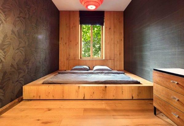 platform bett bauen_fantastische schlafzimmer idee für kleines schlafzimmer mit diy bett, holzwandverkleidung und wandgestaltung mit schwarzen tapeten