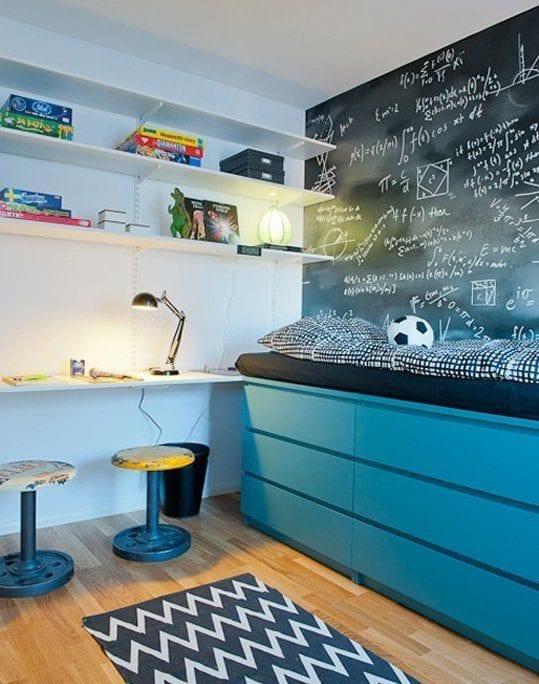 kreatives bett bauen mit kommoden_cooles kinderzimmer design mit diy bett mit schubladen in blau und akzentwand in schwarz