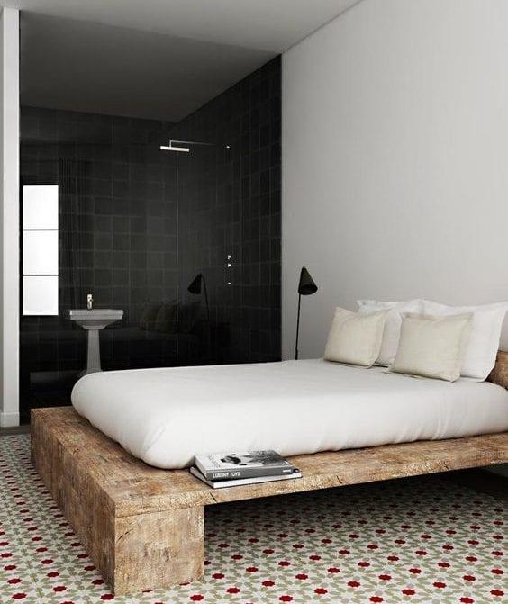rustikales bett selber bauen aus massivholz_kreatives schlafzimmer design gemusterten bodenfliesen und trennwand aus glas zum bad mit schwarzen fliesen