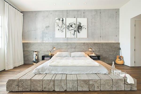 modernes schlafzimmer mit betonwand und indirekter LED wandbeleuchtung , diy bett aus kantholz grau, parkett und weißen gardienen