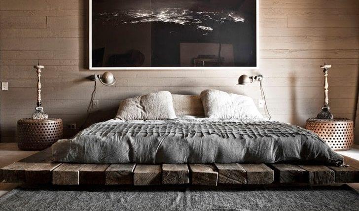 niedriges bet bauen aus holzbrettern_schlafzimmer ideen für orientalisches schlafzimmer design mit betonboden, teppich grau, runden nachttische aus Lochblech und moderner bettwäsche grau