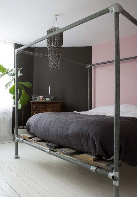 modernes schlafzimmer mit diy bett aus leitungsröhren und brettern_farbgestaltung mit schlafzimmer farben schwarz und pink