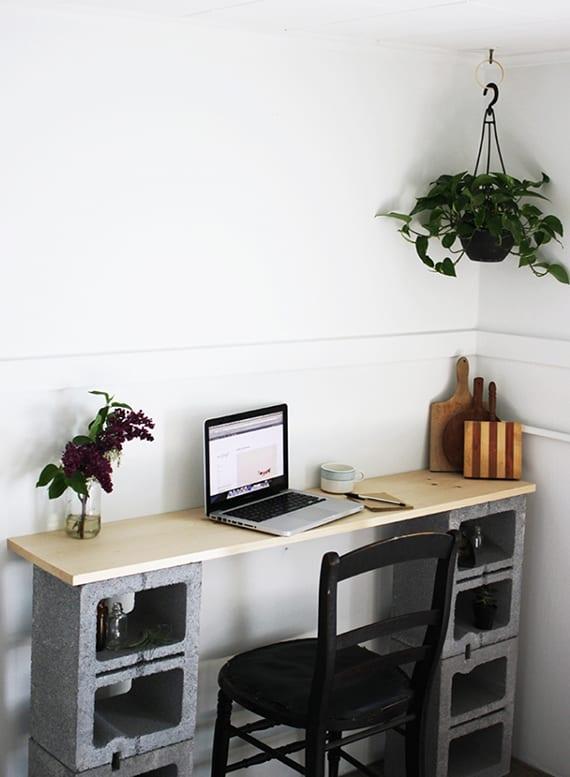 diy schreibtisch mit Betonblöcken für kleines Homeoffice im wohnzimmer
