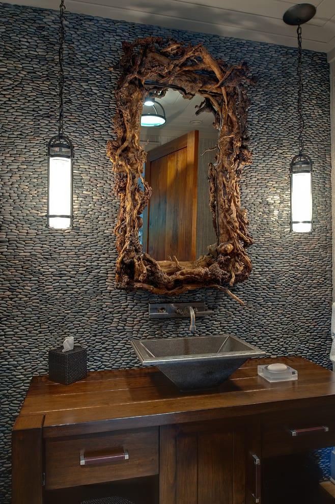 coole badezimmer ideen für wandgestaltung mit schwarzen steinen, diy spiegelrahmen aus treibholz und pendellampen im industrial style