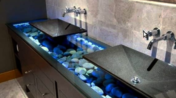 coole badezimmer ideen für modernen waschtisch mit steinen und schwarzen waschbecken