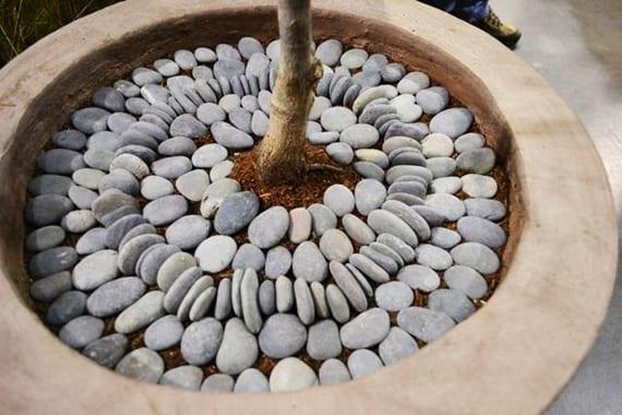 deko idee mit steinen für blumentöpfe