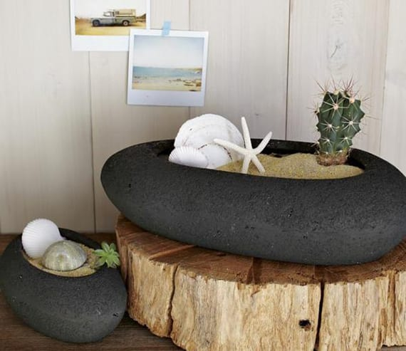 sommerliche deko ideen mit holz und stein-blumentöpfen mit sand und muscheln