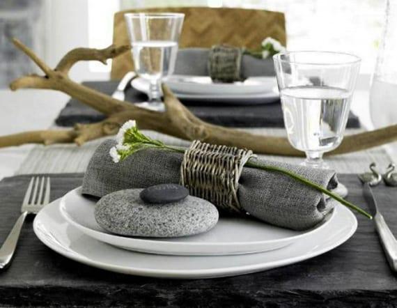 coole tisch deko ideen mit steinen_tisch eindecken mit schwarzen steinplatten, wißen Tellern und grauen stoffservietten