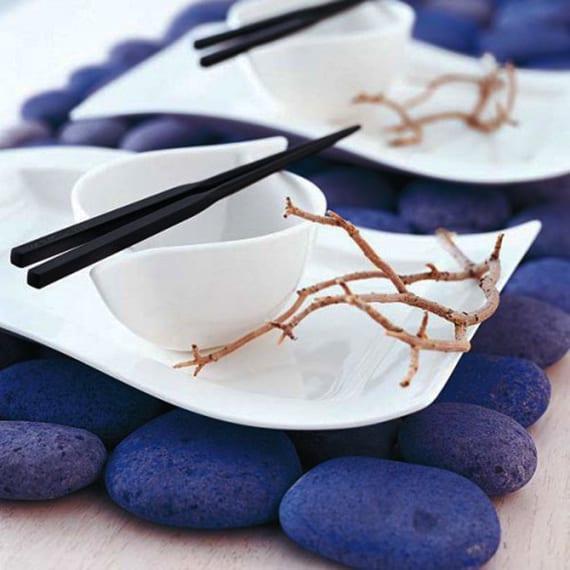 deko ideen für tisch mit blauen steinen