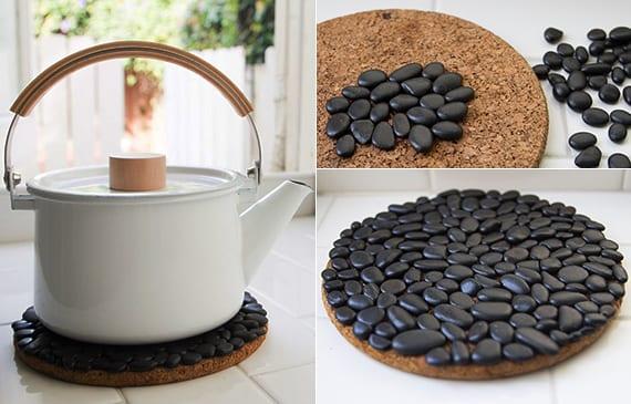 diy topfuntersetzer mit kleinen schwarzen steinen als dekoidee für weiße küche