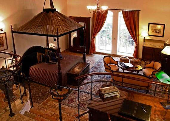 coole idee für schlafzimmergestaltung mit afrikanischem himmelbett, holztruhe und holzkleiderschrank mit spiegeltüren