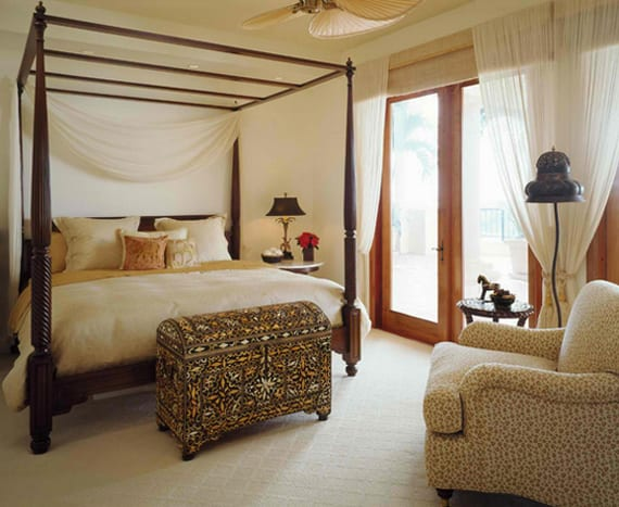 raffinierte Schlafzimmergestaltung mit himmelbett aus holz, orientalischer Truhe und deckenventilator