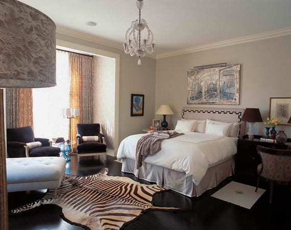 modernes schlafzimmer mit holzfußboden schwarz, zebra-fellteppich und wandfarbe hellblau