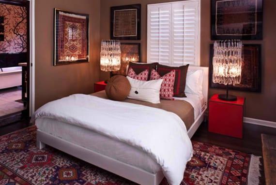 coole schlafzimmergestaltung mit wandfarbe braun, diy bilder aus etnischen Textilien und modernen Nachttischen in rot mit runden kristall-tischlampen