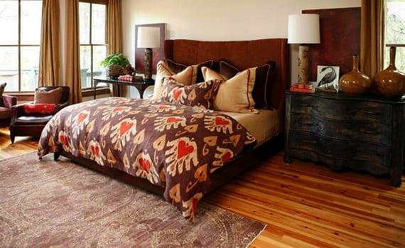schlafzimmer gemütlich gestalten mit holzmöbeln antik, bett mit kopfteil braun, gardinen beige und parkettboden