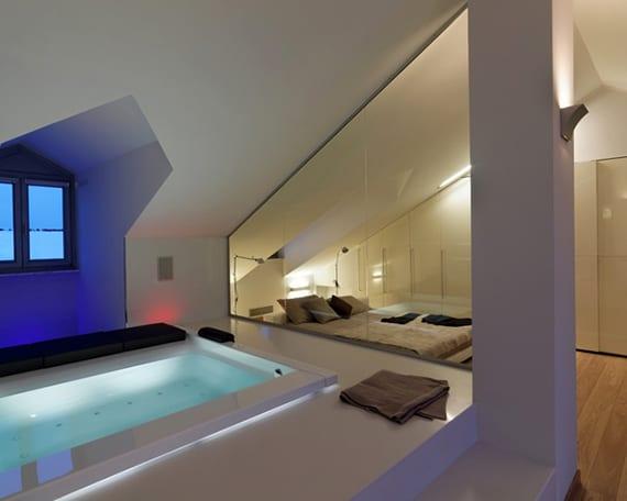 coole schlafzimmer idee mit whirlpool, indirekter raumbeleuchtung und eingebautem kleiderschrank weiß