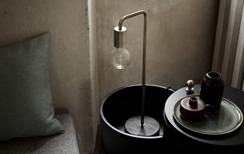coole schlafzimmer einrichtung im industial style mit designer tischlampe in kupfer