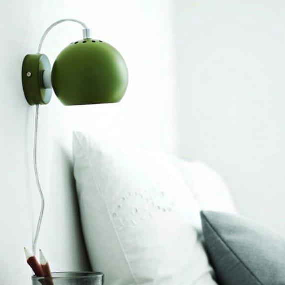 schlafzimmer einrichten mit grünen Kugel-Wandleuchten als farbakzent zu den weißen wänden