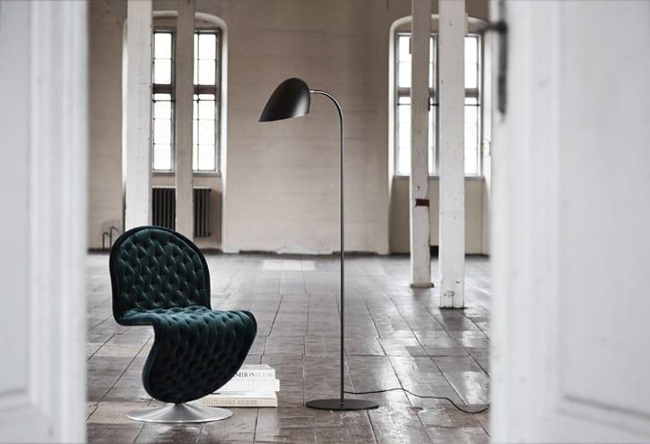 wohnidee für moderne wohnzimmereinrichtung in schwarz und weiß mit designer stehlampen