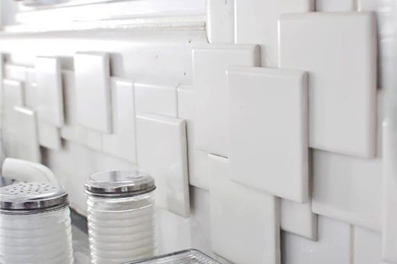 wandgestaltung küche mit DIY fliesenspigel aus kleinen quadratischen Wandfliesen