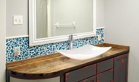 schicke badezimmer idee für modernes Bad mit DIY Fliesenspiegel aus Glasmosaik blau, Waschtisch holz mit Waschbecken aus weißem Glas und großem Spiegelrahmen weiß