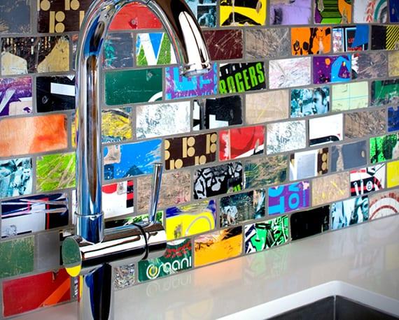 coole wandgestaltung mit bunten wandfliesen aus rollbrettern als idee für originellen Fliesenspiegel küche