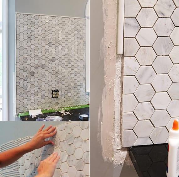 idee für küchengestaltung mit wandfarbe grau und fliesenspigel küche aus marmor weiß