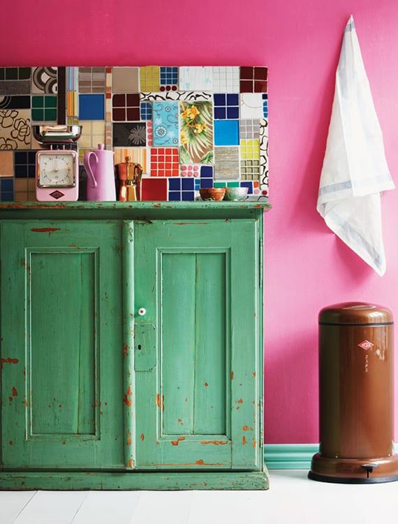 fliesenspiegel küche aus wandfliesen in verschiedenen größen und farben_retro küche mit wandfarbe pink und vintage-holzschrank grün