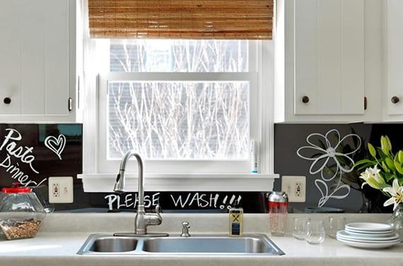 interessante wandgestaltung für die küche mit diy memoboard fliesenspiegel aus plexiglas