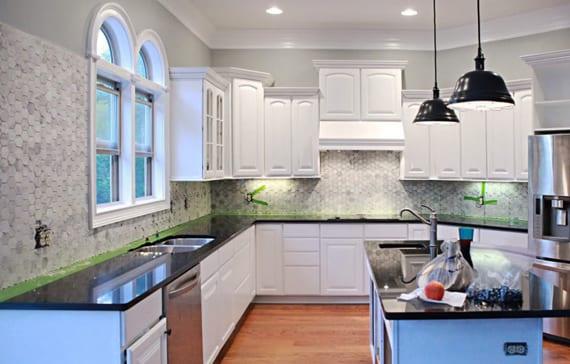 ideen für küchengestaltung in weiß mit weißem Fliesenspiegel aus marmorfliesen