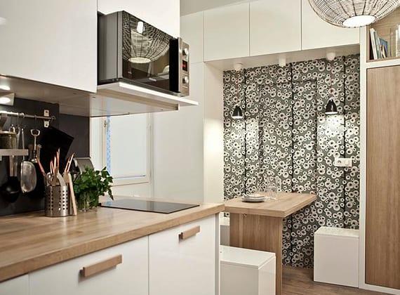 coole wohnideen für kleine küche in weiß, schwarz und holz_moderne kücheneinrichtung mit modularem schranksystem und wandklapptisch holz