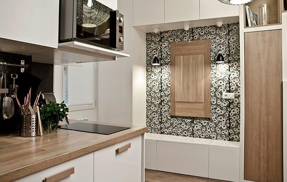klapptisch selber bauen aus holz_kleine küche weiß mit klapptisch, schwarzer tapete mit blumen, pendellampen schwarz und weiße wandschränken