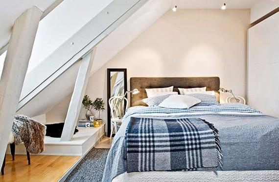 coole idee für schlafzimmer dachschräge mit dachfenster und eingebautem kleiderschrank mit schiebetüren